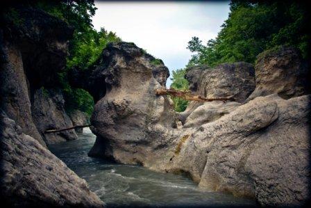 Пасмурные скалы