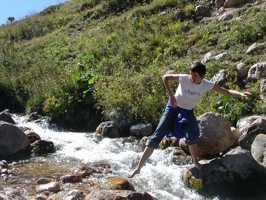Перепрыгиваю речку по камням